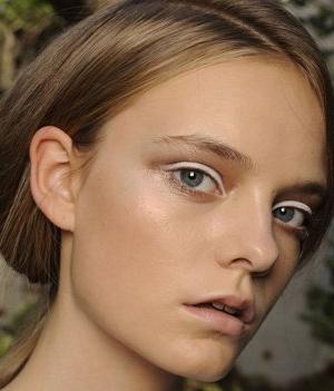想要可爱娃娃般的妆容,用亮银色眼线笔描好上下眼线,能夸张的突出